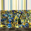 28 Idées cadeau art contemporain - Une Œuvre d'art colorée exposée devant un mur décoré de bandes de couleurs réalisée lors d'une animation Fresque Géante Totem Box XL à Rouen