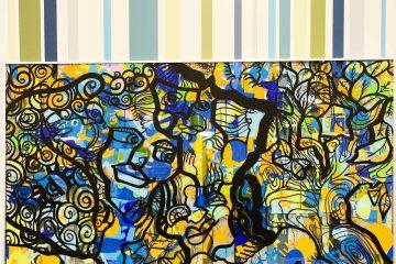 Une Œuvre d'art colorée exposée devant un mur décoré de bandes de couleurs réalisée lors d'une animation Fresque Géante Totem Box XL à Rouen