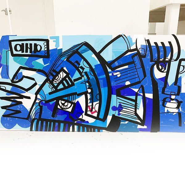 Plaque de plexi et dessin aNa artiste coloriés dans les tons de bleus pour faire un tableau à offrir en idée cadeau anniversaire ou trophée sur mesure pour remise de prix ou concours