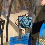 tube de plexi avec dessin noir de l'artiste aNa et adhésifs vinyles bleus collés par les invités