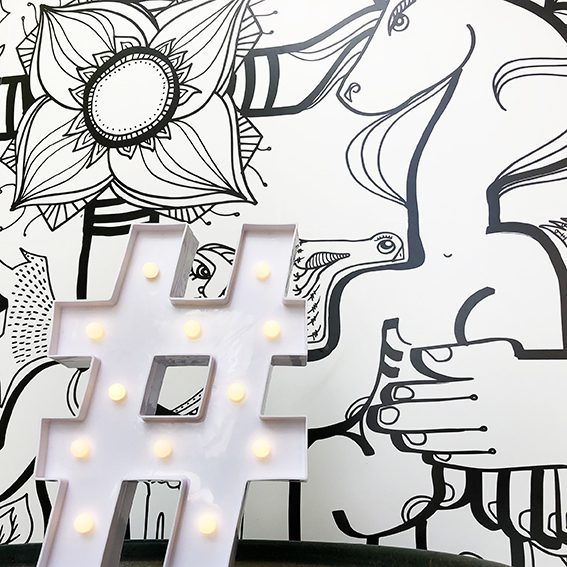 Un hashtag Populaire design blanc pose devant un puzzle my art box de l'artiste aNa qui aide les entreprises à développer leurs business avec instagram