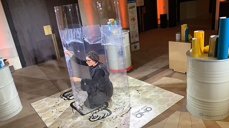 le savoir faire artistique de aNa artiste consiste à construire une œuvre live sur plexiglass