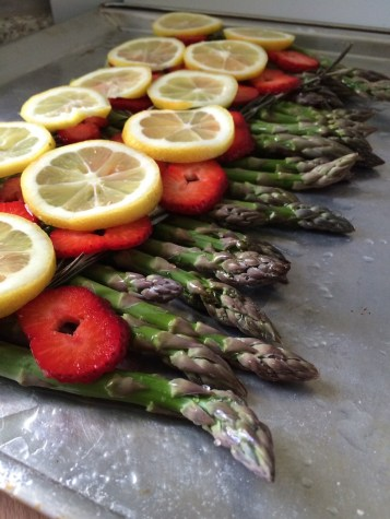 Ofen-Spargel mit Zitronenbutter, Rosmarin-Erdbeeren und Grana Padano