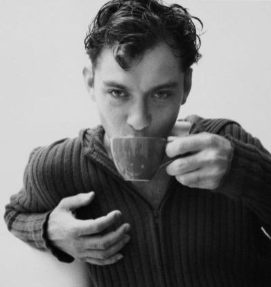Jude Law boit du the