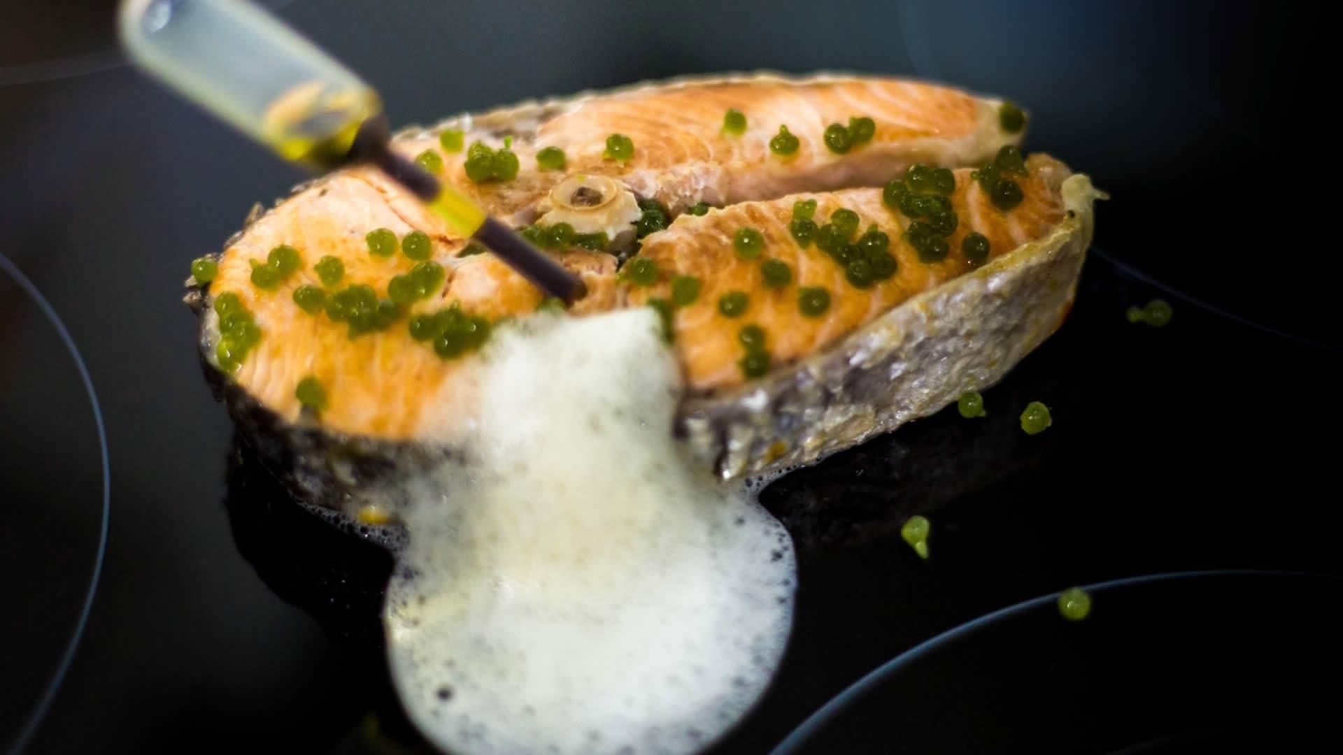 Salmone Affumicato Con Aria di Limone e Caviale di Menta