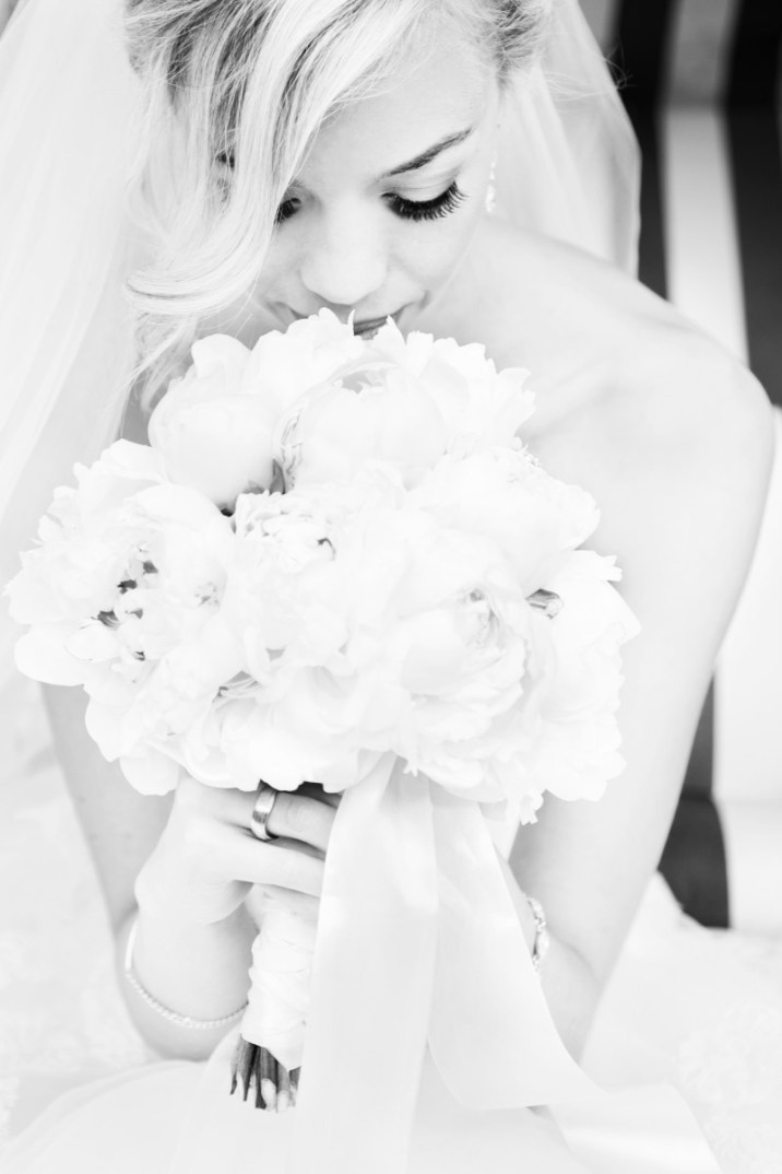Bride with bouquet, Peonies, Pfingstrosen, schwarz-weiß