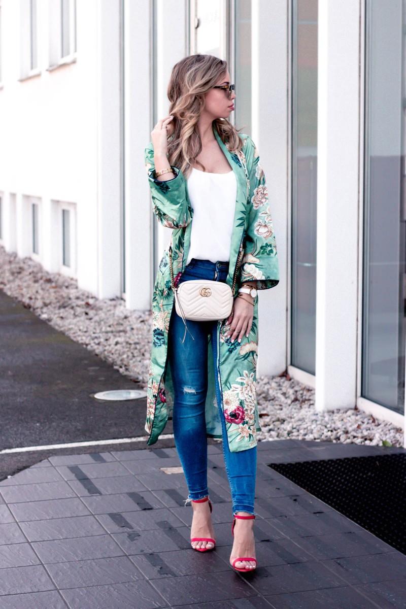 Outfit mit Zara Kimono, Jeans und roten High Heels