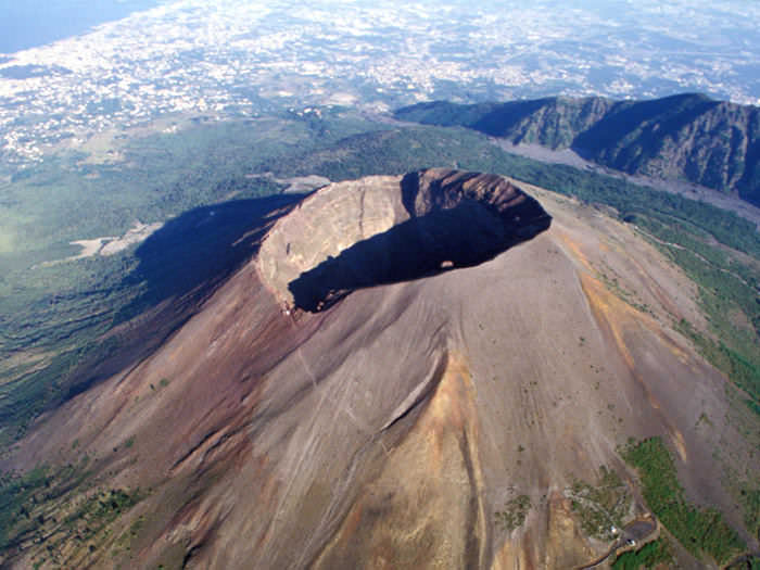 CRATER RIM OF MOUNT VESUVIUS