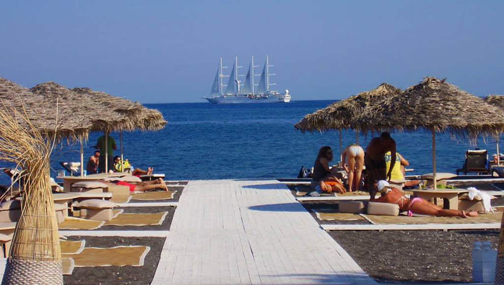 The burning dark sand and the great restaurant of Sea Side by Notos, Santorini