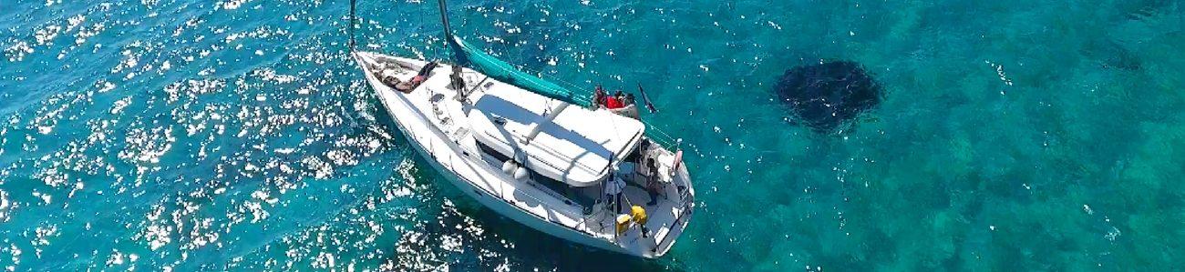 vue aerienne voilier calanque bleu lagon marseille provence cote azur