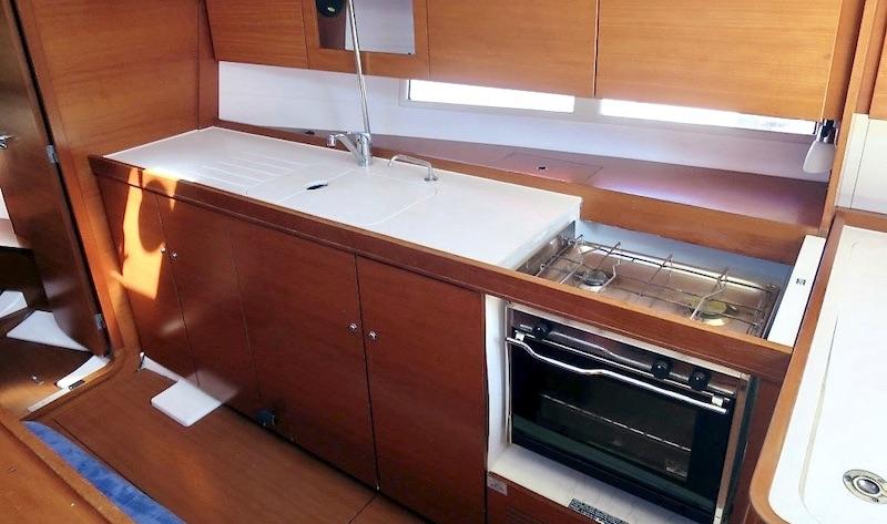 Location-voilier-dufour-375-GL-mediterranee-var-my-sail-croisiere-mediterranee- coin-cuisine