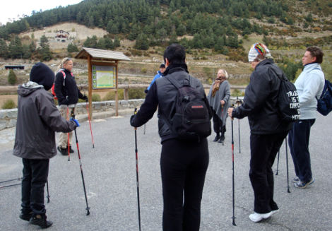 Bianca Meeuwissen givin a nordic walking class in Andorra