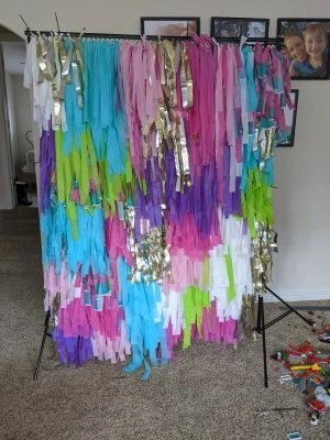 easy way to make a fringe streamer backdrop for photos
