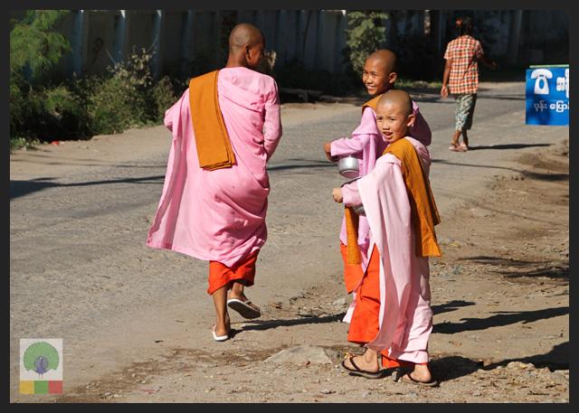 Smiles - Burmese nuns in the streets of Mandalay - Myanmar (Burma)