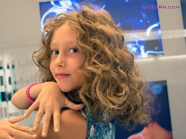 Salone-Franco-Curletto-Milano-Eva Luna posa per il fotografo mostrando capelli e unghie dopo le coccole dello staff-kerastase-mybarr