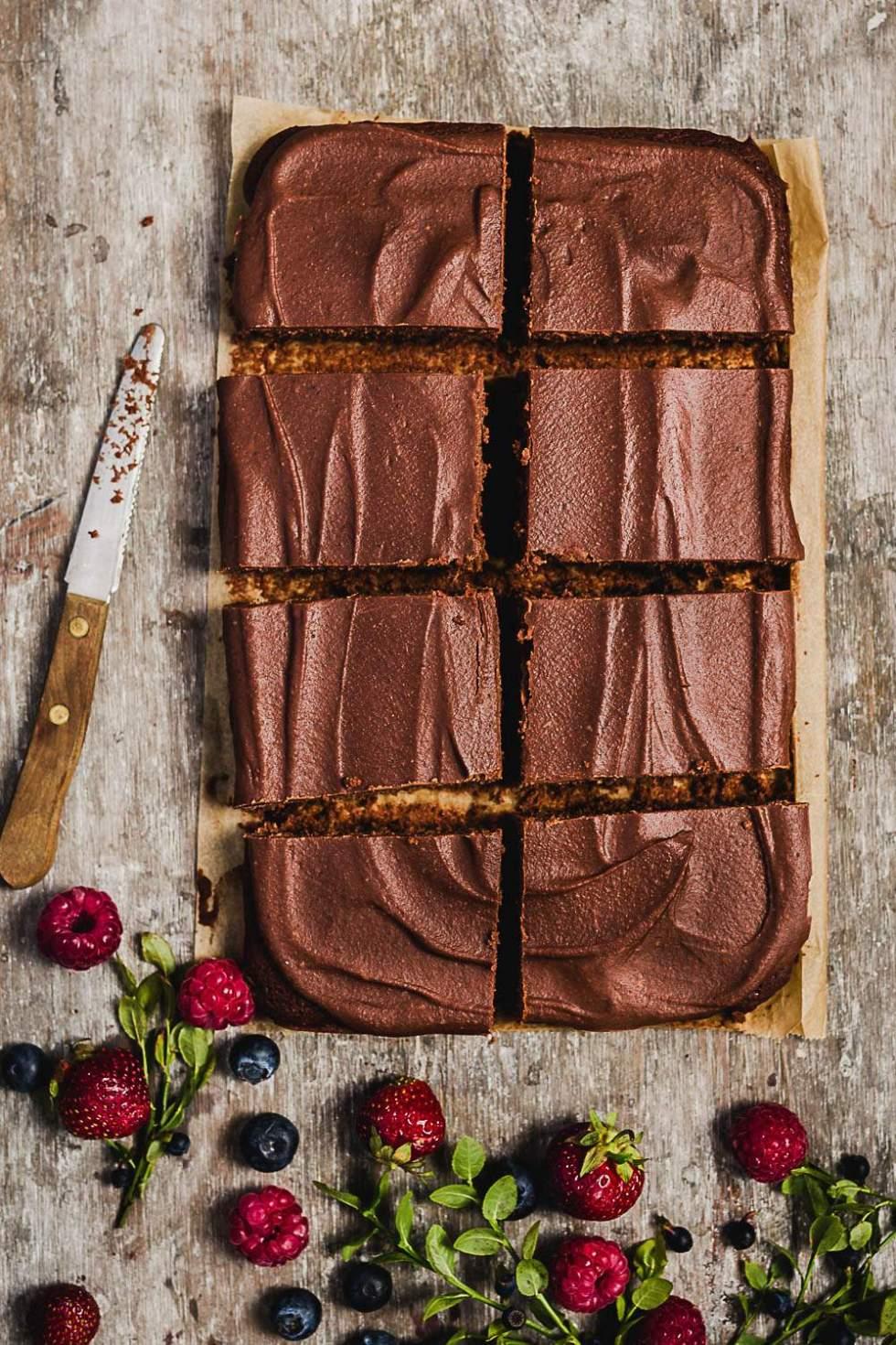 Täyteläinen vegaaninen suklaakakku