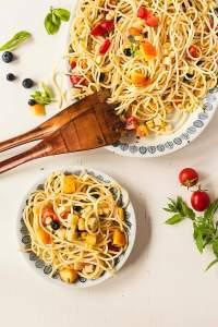 Vegaaninen hedelmäinen pastasalaatti