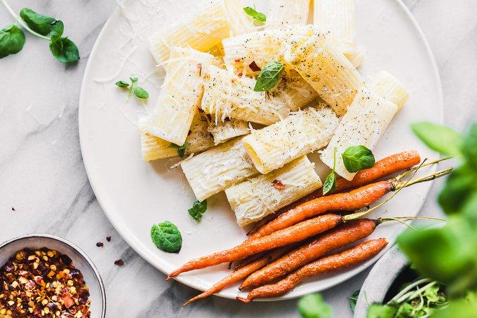 Keväinen pasta ja paahdetut porkkanat
