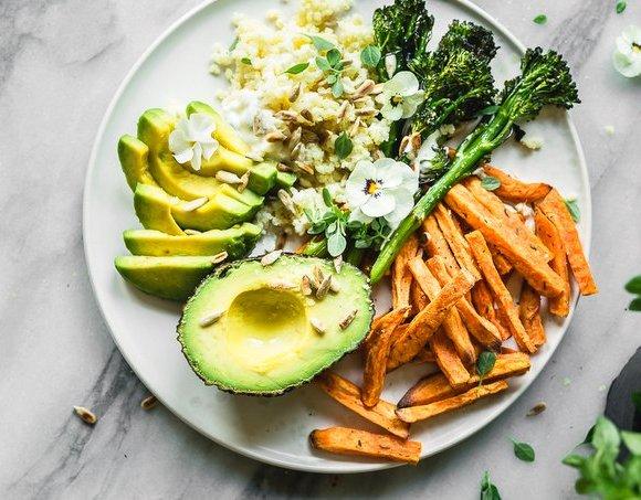 Bataattiranskalaiset ja paahdettu broccolini buddha bowl