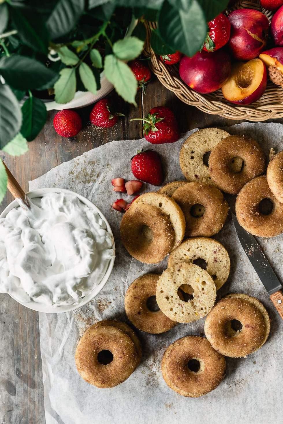 Gluteenittomat vegaaniset nektariini donitsit uunissa