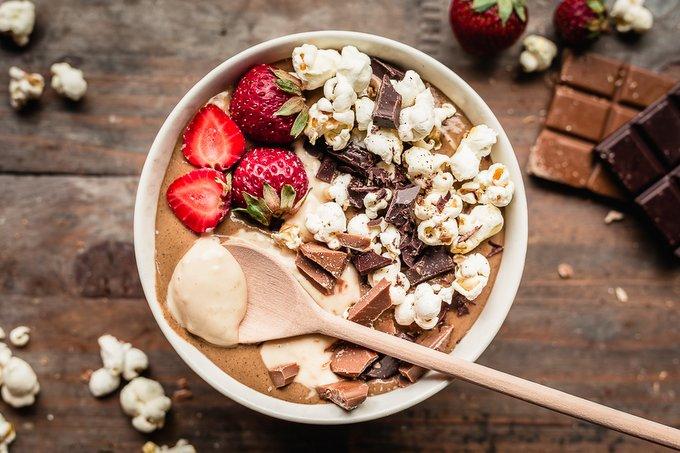 Suklaa smoothie bowl karamellikastikkeella
