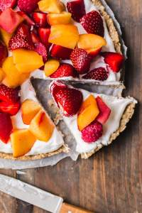 Banana-sweetened vegan no-bake fruit and cream tart