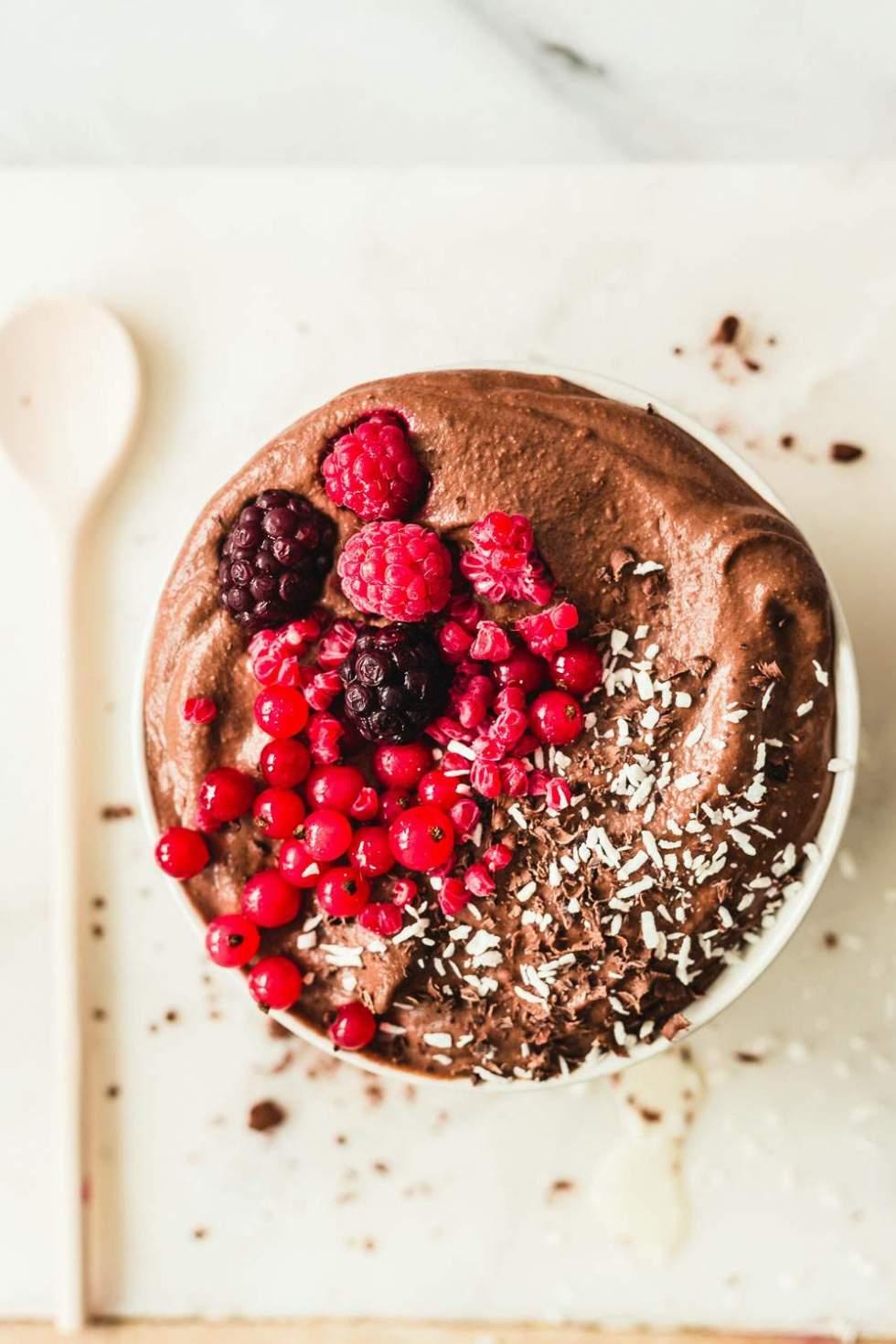Suklaa smoothie bowl vaniljajäätelöllä