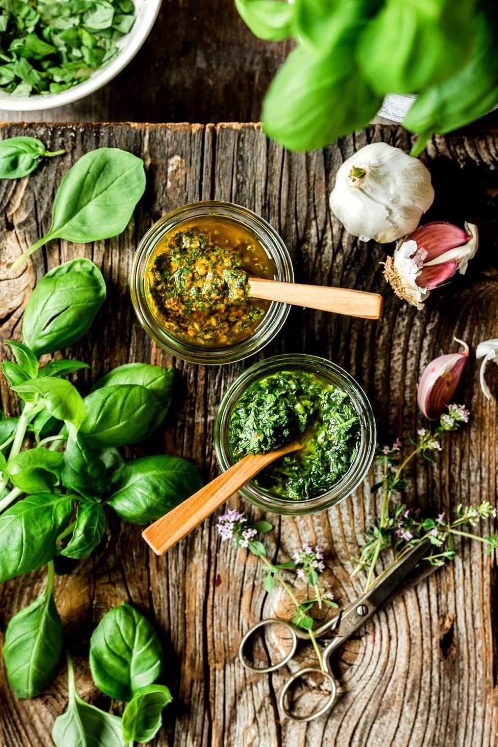 Vegaaninen pesto ja muut yrttikastikkeet