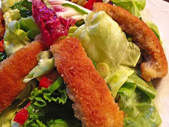 mixed salad with schnitzel stripes
