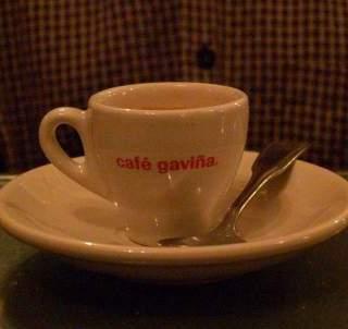 Mas café, por favor. . .