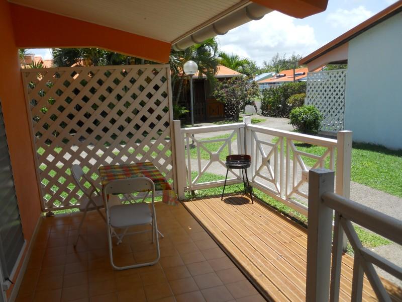 Terrasse avec planche en bos et barbecue
