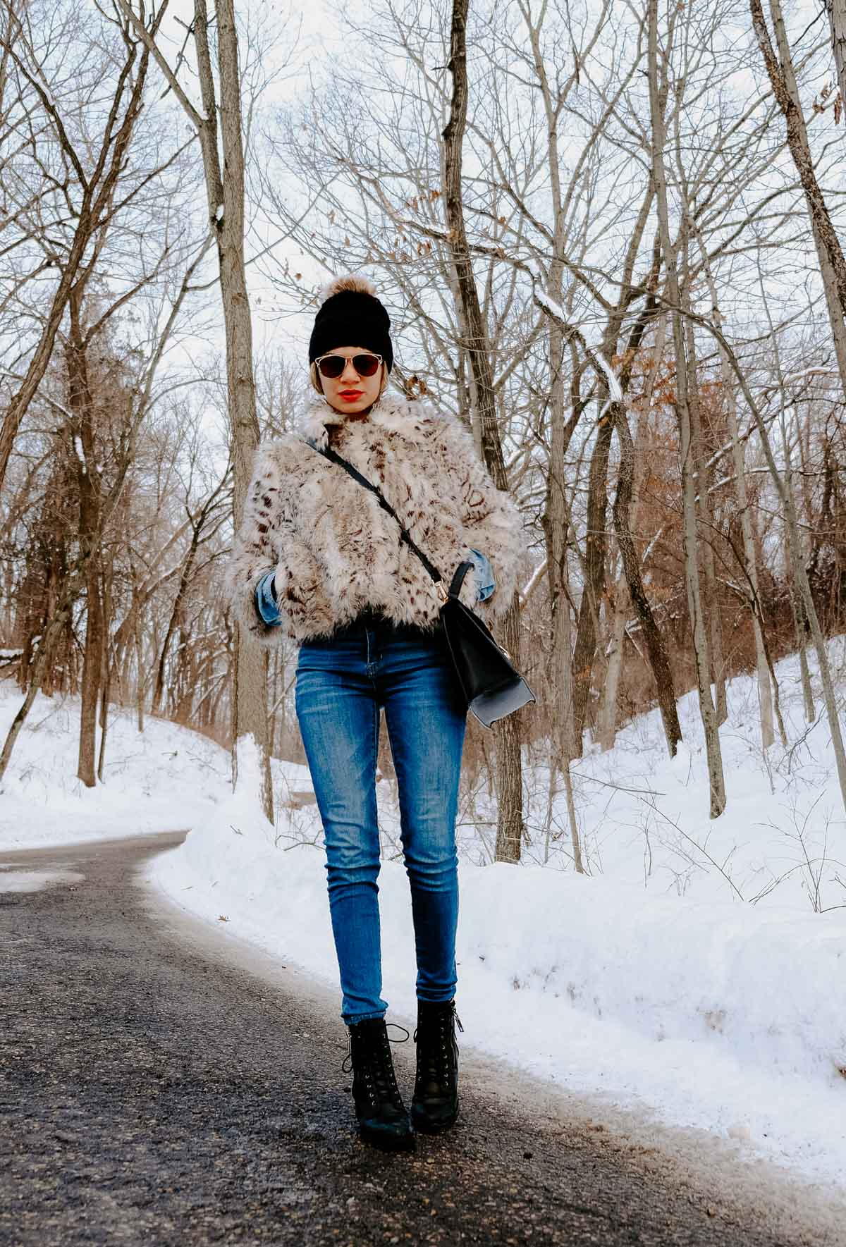 This faux fur coat makes the perfect look to all your winter outfits!