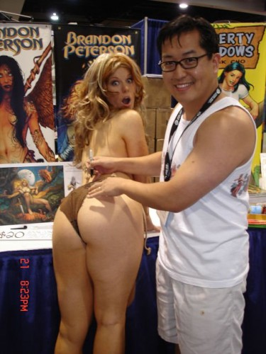 frank cho with model