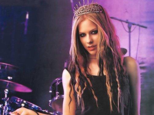 Avril Lavigne wears a crown