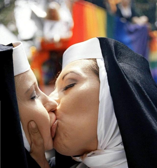 sister kiss