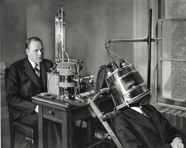 Dr FG Benedicts Latest Apparatus for Measuring Metabolism 1935.jpg