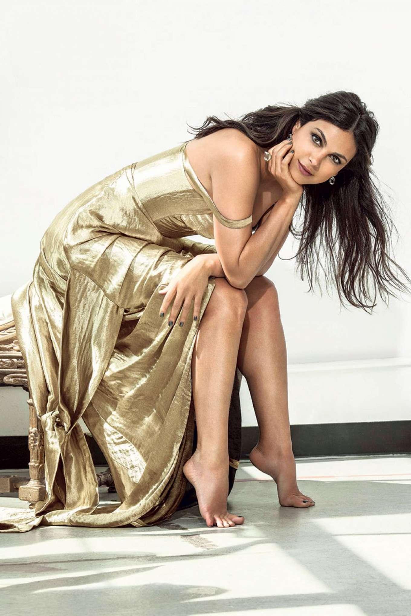 morena baccarin is a golden goddess
