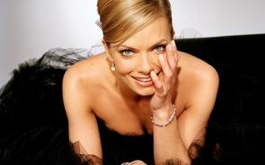 Jaime Pressly hiding her cheek