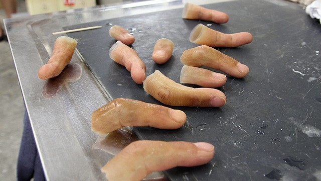 ht_yakuza_fingers_dm_130606_wg.jpg (61 KB)