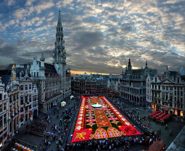 BRUSSELS-FLOWER-CARPET-Photograph-by-Gaston-Batistini.jpg (160 KB)