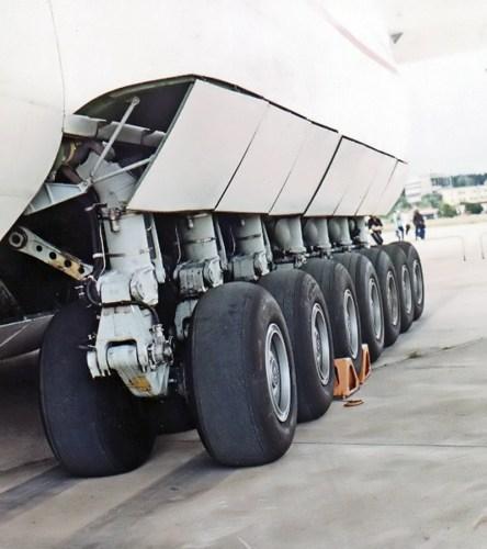 Antonov-225_main_landing_gear_2.jpg (407 KB)