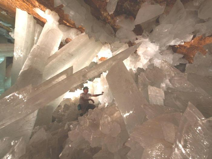 Giant-Crystals-Cave-Naica-Mine-Chihuahua-Mexico-02.jpg (125 KB)