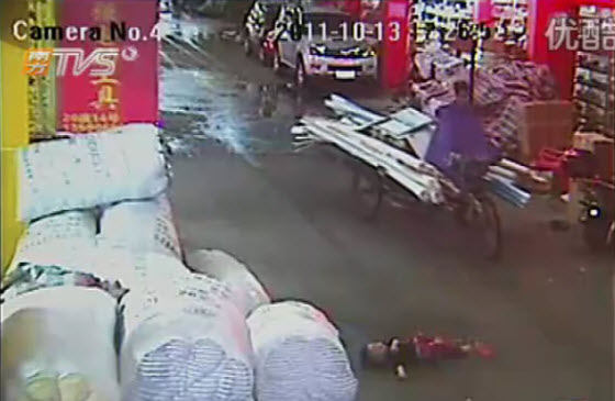 2-year-old-chinese-girl-ran-over-twice-ignored-by-18-passersby-03.jpg (40 KB)