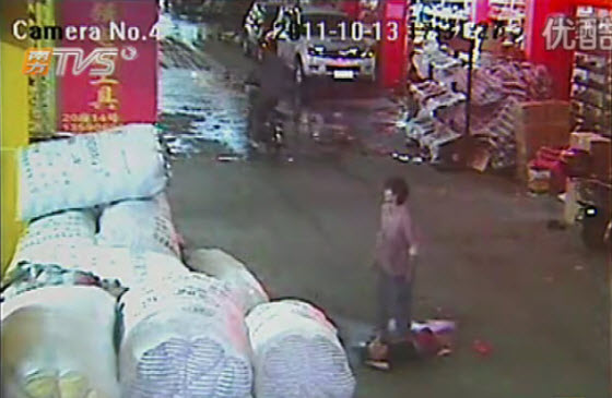 2-year-old-chinese-girl-ran-over-twice-ignored-by-18-passersby-04.jpg (43 KB)