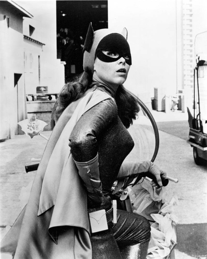 66batman-batgirl-looks-behind.jpg (130 KB)