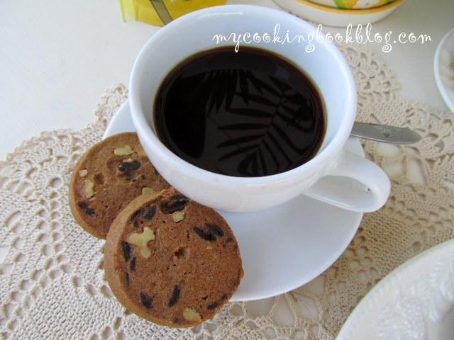 Бисквити с шоколадови капки, портокалови стърготини и орехи