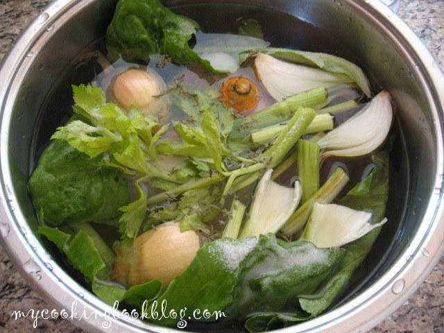 Пилешки бульон с листа от маруля, естрагон, моркови, целина и лук