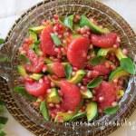 Салата с авокадо, грейпфрут, нар и босилек
