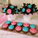 Букет от кексчета с розови и сини рози