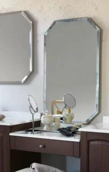 Specchiera sospesa Polygon 5 con telaio in finitura brill, specchio bisellato, senza interruttore. L 85 x P 3 x A 85 cm